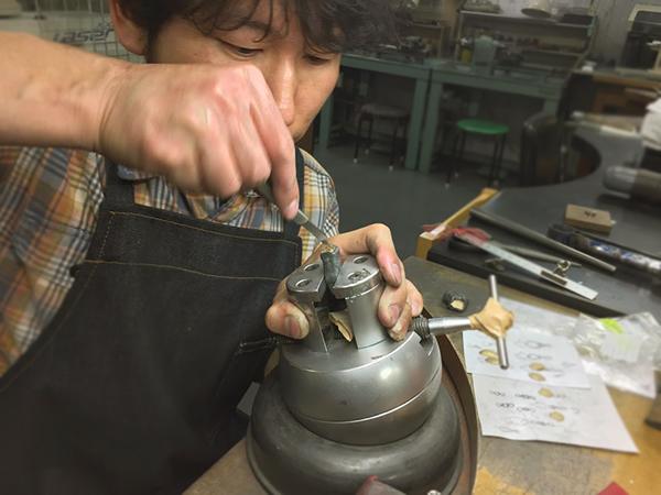 手彫り作業